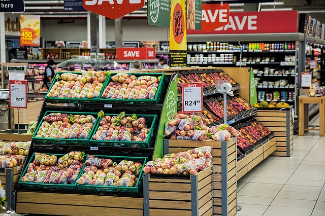 Wystrój supermarketu i ustawienie towaru.